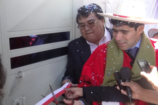 Security checkpoint: Bolivia Minister of Internal Affairs Jorge Pérez (right) cut the ribbon to open a new security checkpoint on December 5 in the village of Villazón, in the Potosí region. The new facility will help law enforcement authorities detect drug traffickers and other criminals. [Photo: Courtesy Ministry of Internal Affairs]