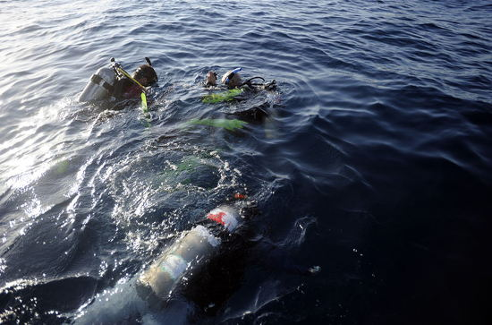 divers-seek-sunken-boat