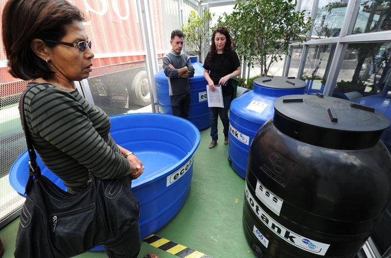 Shopping for water tank in Costa Rica. Photo:  Jorge Castillo, La Nacion