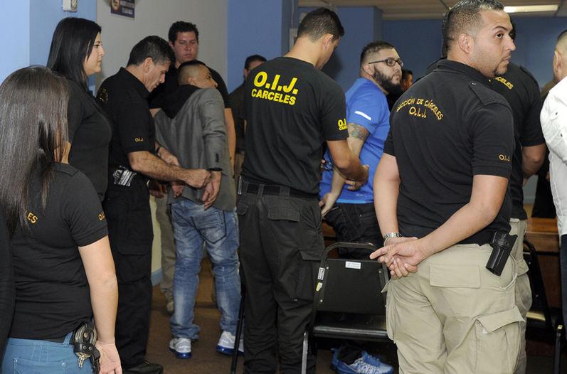 El Indio, left being handcuffed, following reading of the sentence. Photo Alonso Tenorio, La Nacion