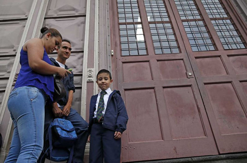 In front of the Metalica school in San Jose on the first day back to classes. Photo: Photo: Mayela López, La Nacion.