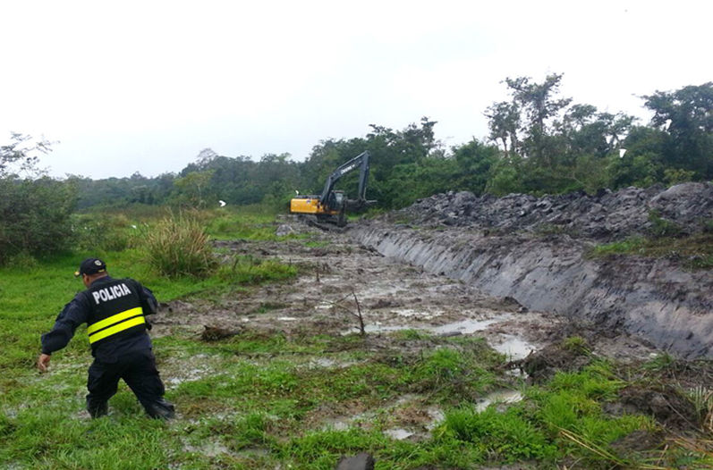 A call to 911 led police to the discovery of illegal dredging in Medio Queso de Los Chiles (Alajuela)