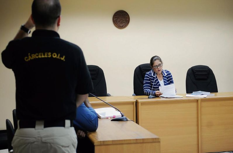 Friday night at 9:10pm, judge Ligia Arias Alegría accepted the plea bargain on charges of carrying a loaded SIG-Sauer P226 in the international airport. Photo: Rafael Murillo, Francisco Barrantes and Gabriela Tellez, La Nacion