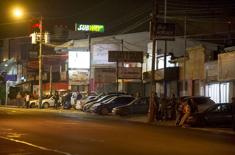 On the night of February 19, some 25 vehicles known to be involved in street racing gathered in the area of Pavas, near the Delta gasoline station, La Nacion reports that the traffic police and regular police were present but never acted. Photo  LUIS NAVARRO, La Nacion