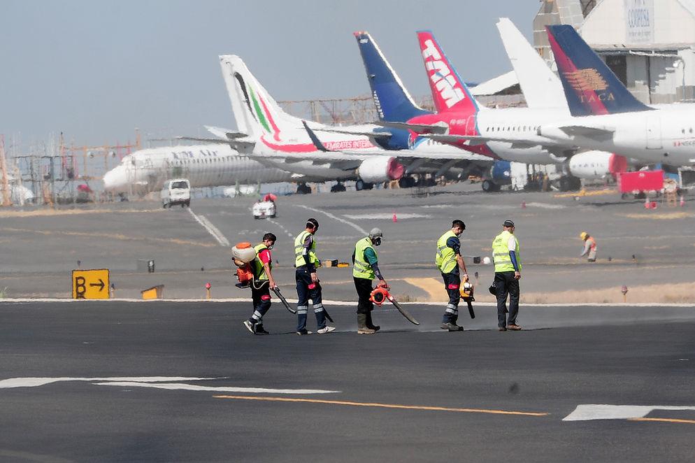 Crews at work at the Juan Santamaria international airport. Photos La Nacion