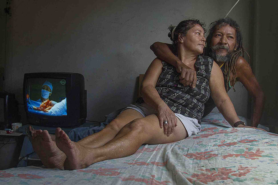 Nicoyan Jose Luis Barrantes, age 50, and Sonia Romero, age 61, from the port of Puntarenas, have been a couple for nearly 20 years. They sleep in different beds, they are homebodies and live peacefully, sharing everything, including a special joy for watching television.