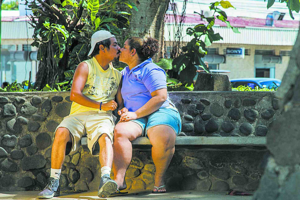 They live together, but they spend their afternoons in Recaredo Briceño park, where they can spend hours talking without paying attention to the people giving them strange looks.