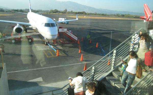 Passengers departing from Juan Santamaría Airport, San José Costa Rica. | Photo Costa-rica-guide.com