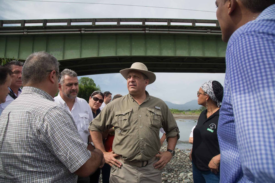 President Luis Guillermo Solis and his public works and transport minister, Carlos Segning, personally inspected the bridge this week on a tour of Limón.