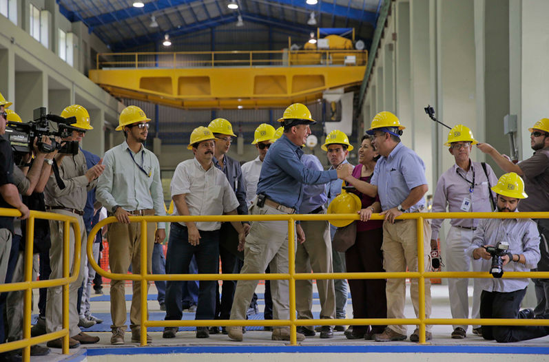 President Luis Guiller Solie and ICE chief Carlos Obregon at the inauguration of the expansion of the Cachí hydroelectric plant in Cartago. The plant capacity was increased from 100 MW to 160 MW, with ability to provide power to 191.000 homes.