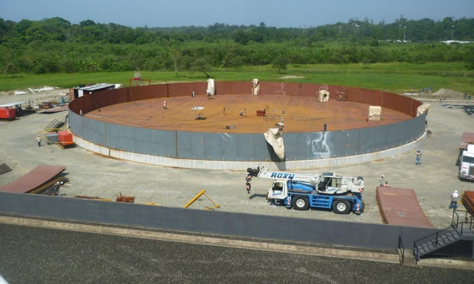 The tank, under construction, will be the largest in the country with a capacity of 350.000 barrels. Photo: Recope