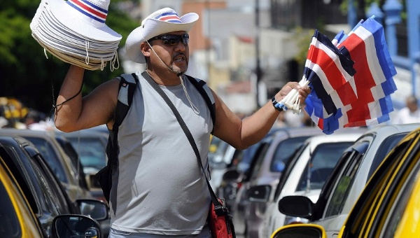 A man sells traditional hats and flags in San Jose, Costa Rica. Photo: Telesurtv.net