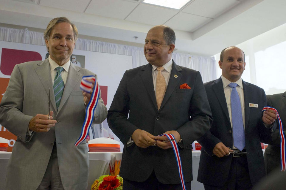 Costa RIca President Luis Guillermo Solis (centre) takes part int he ribbon cutting ceremony. Photo Casa Presidencial