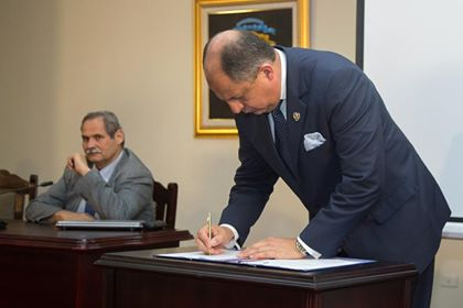 President Luis Guillermo Solis signing the declaration Tuesday afternoon. Photo Casa Presidencial