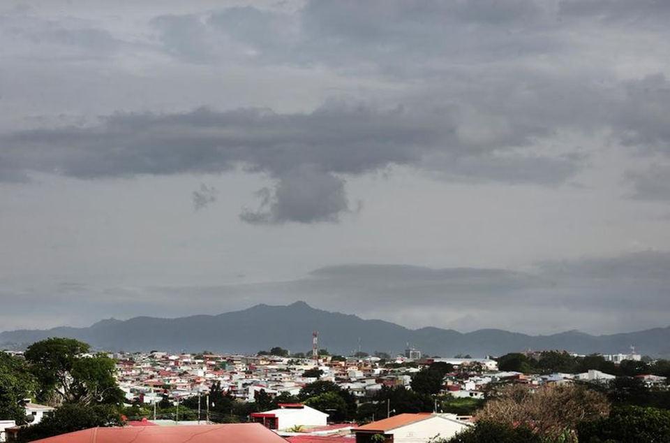 The skies over Tibas on Tuesday afternoon. Photo John Durán, La Nacion