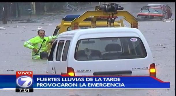 FireShot Screen Capture #032 - 'Acequia desbordada atrapa a carro con dos mujeres adentr_' - www_teletica_com_Noticias_103509-Sequia-desbordada-atrap