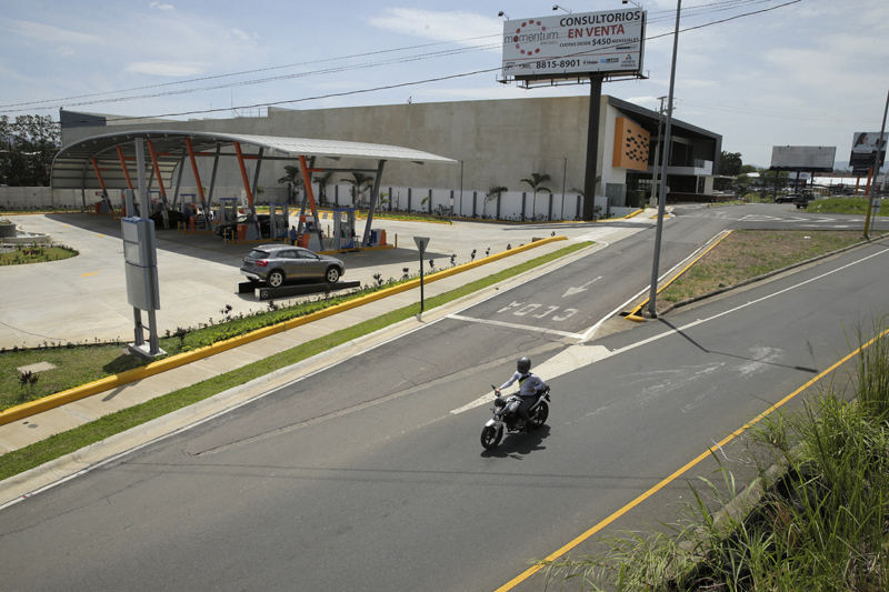 "The Fill-Go gasoline station on the Ruta 27, across from Multiplaza. Developer says it has all the legal permits, meanwhile, the former chief of permits at the Conavi says, ""if it has, they are not legal"". Photo ALBERT MARÍN, La Nacion"
