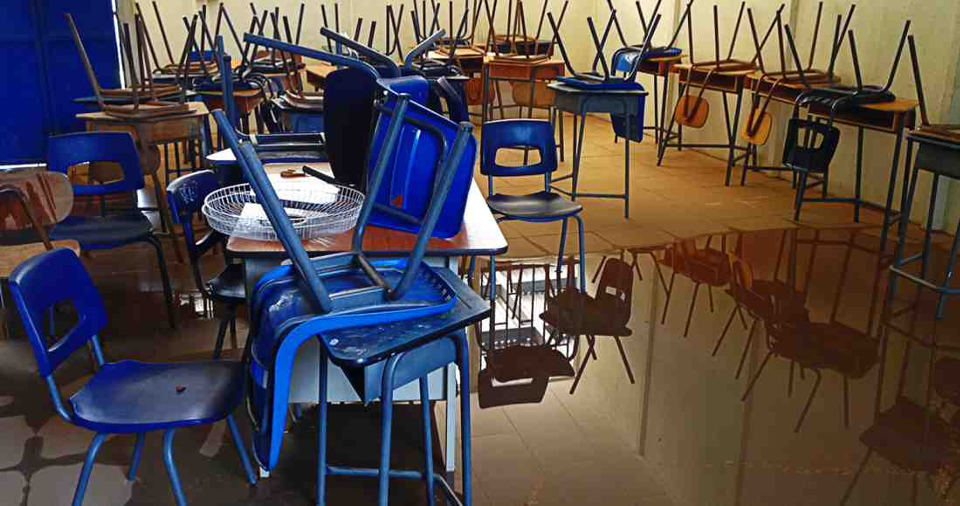 When it rains, the water flows more than 30 centimeters above ground level. The cafeteria, the shed, the restrooms and the classrooms flood completely. Photo Dirección del Liceo de Samara