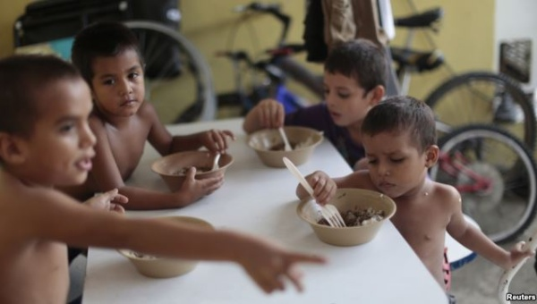 "Honduran children have meals at the Todo por ellos (All for Them) immigrant shelter in Tapachula, Chiapas, in southern Mexico, June 26, 2014. | Photo: Reuters This content was originally published by teleSUR at the following address:   ""http://www.telesurtv.net/english/news/Hunger-Drives-Migration-in-Central-America-Says-New-Study--20150917-0035.html"". If you intend to use it, please cite the source and provide a link to the original article. www.teleSURtv.net/english"