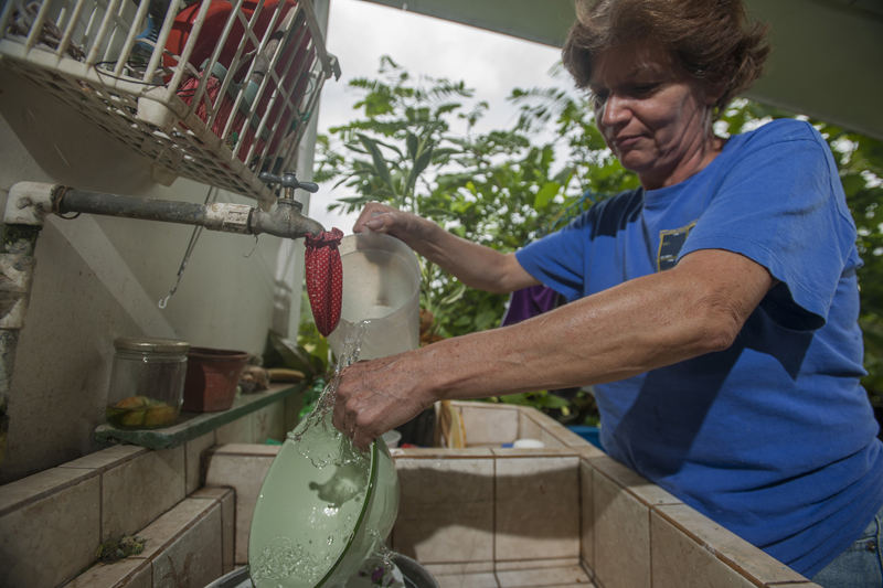 Washing dishes is in Costa Rica. Photo La Nacion / FABIÁN HERNÁNDEZ