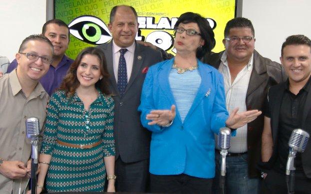 President Luis Guillermo Solis with the cast of Pelando el Ojo