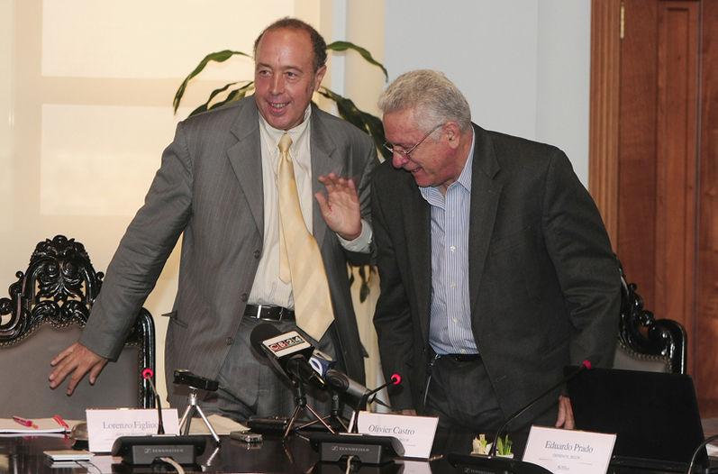 Lorenzo Figliuoli, jefe de misión del FMI y el presidente del Banco Central,Olivier Castro se acomodaban ayer para la conferencia de prensa. El jeraca advirtió que el déficit fiscal sigue siendo muy grande. | JOHN DURÁN