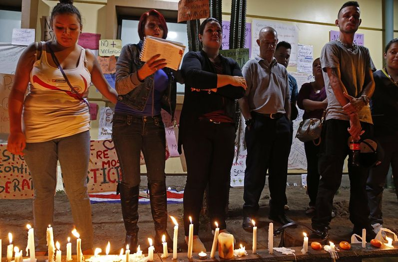 Dozens are keeping vigil for Gerardo Cruz outside the Hospital Calderon Guardia. Photo Mayela Lopez / La Nacion