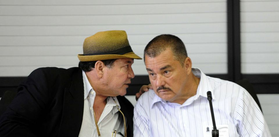 Gilbert Bell (derecha) acudió a la Asamblea acompañado de su abogado, Álvaro Moreno Gómez (izquierda).