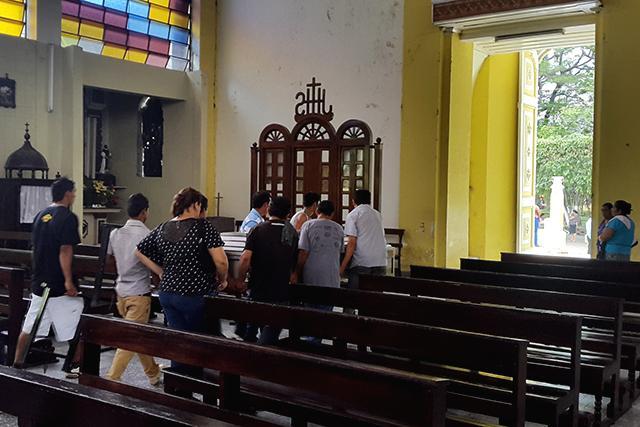 Friends and family at the funeral of Roberto Carlos Alejo. Photo: Roberto Valencia