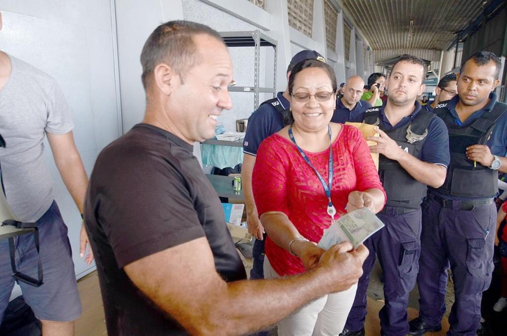 First of the Cuban migrants getting his transit visa. Photo Isaac Villalta/Diario Extra