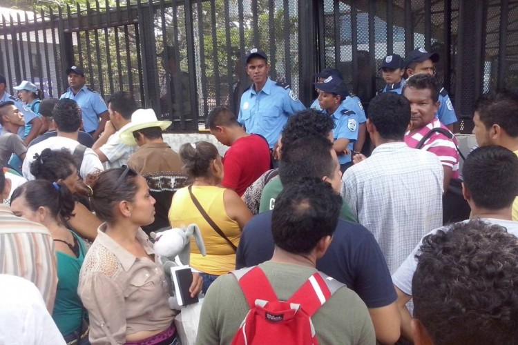 Dozens outside the Costa Rica embassy in Managua become violent, kicking doors, forcing the diplomatic centre to close early, angering the crowds even more. Photo LA PRENSA/R. Moncado