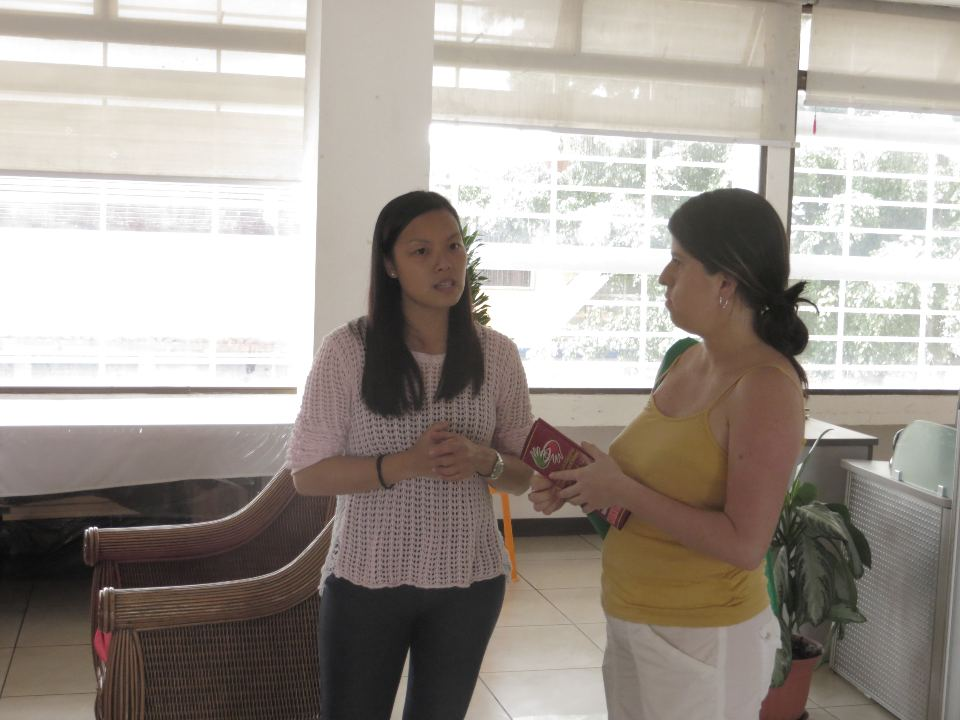 Monica Hong, an administrator of the Chinese-Costa Rican Cultural Center explains some of the classes that are available to tour guide Nury Mora.