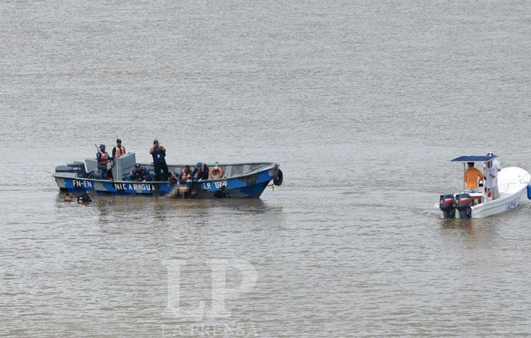 Nicaraguan army recovering a body from the San Juan river