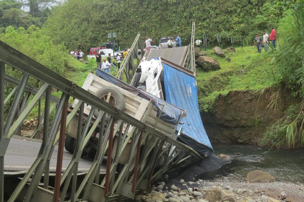 Baily bridge collapses under the weight of two heavy trucks loaded with asphalt in Bajo Los Rodrigez de San Ramon. Photo Carlos Hernández/ La Nacion