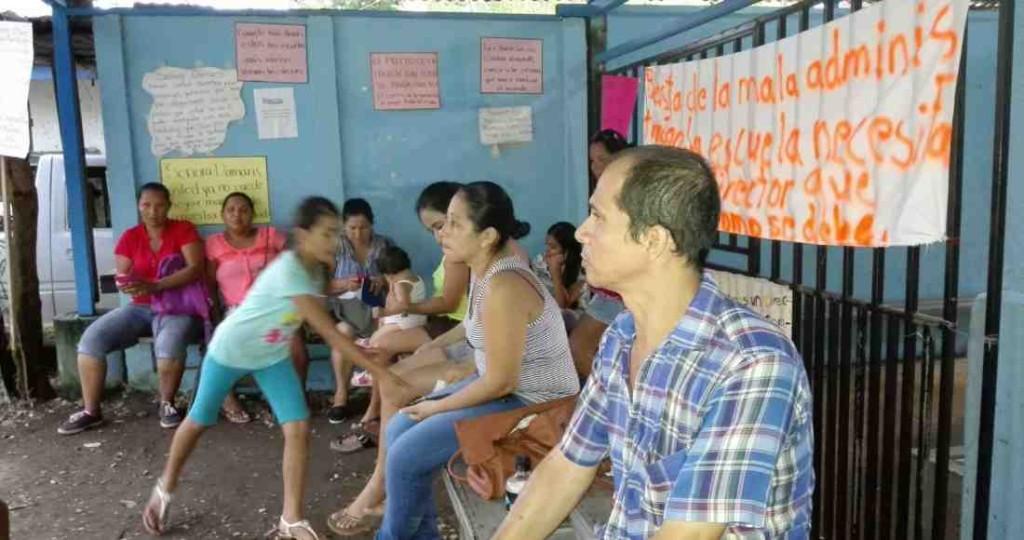 Parents of the Nosara Serapio Lopez School on Tuesday, November 3 Photo by Tatiana Hernández Herdez
