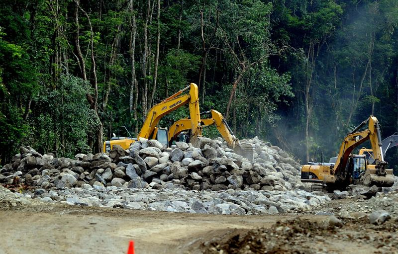 In April 2014, the Ministry of Public Works (MOPT) began construction of a gravel road to allow access to trucks and materials for the construction of the new port of Moin. This work cost ¢ 11,000 million. | ALONSO TENORIO / FILE
