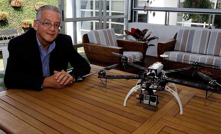 Dionisio Segura, usuario de drones comerciales, cuestiona el costo de la certificación y la licencia para operar estos dispositivos. Esteban Monge/La República