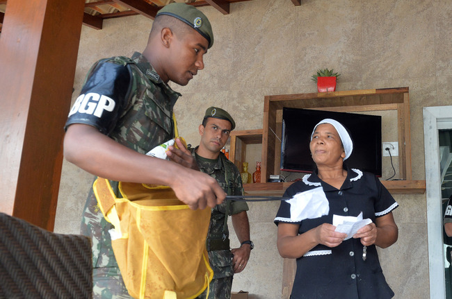 Soldiers from the Brazilian Army's Presidential Guard Battalion visited homes in Brasília on January 15th as part of the Armed Forces' campaign to combat the Aedes aegypti mosquito nationwide. [Photo: Teresa Sobreira/Ministry of Defense]