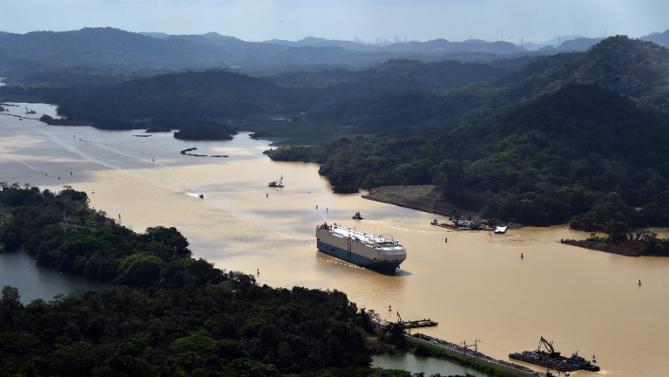 A merchant ship sails along the Panama Canal, on March 23, 2015 (AFP Photo/Rodrigo Arangua)
