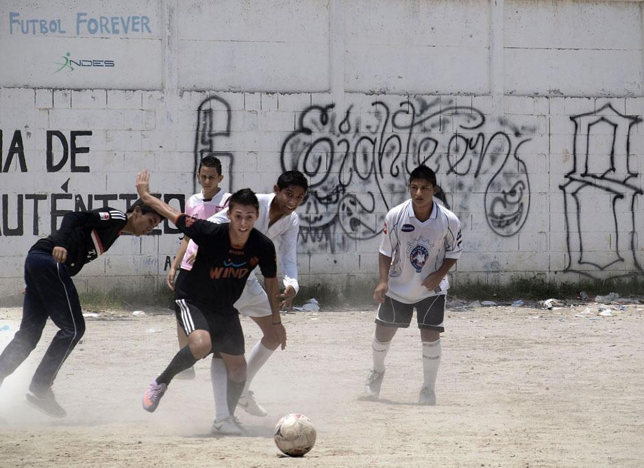 """Gang graffiti is prevalent in El Salvador's poor communities. This Barrio 18 """"placazo"""" is on a wall surrounding the soccer field at the Santa Eduviges urban school in Soyapango (San Salvador)."""