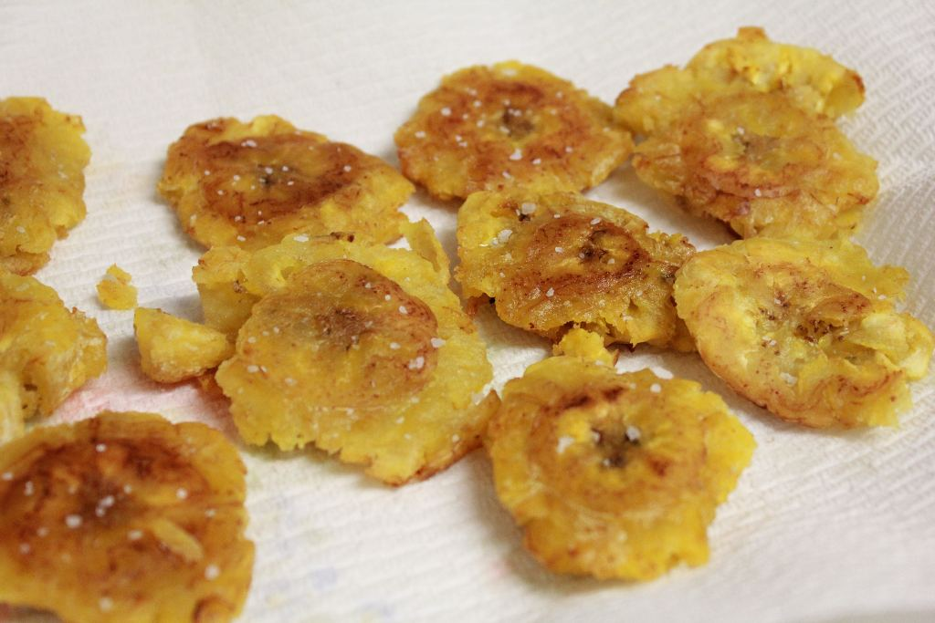 Patacones can be eaten alone or accompanied.