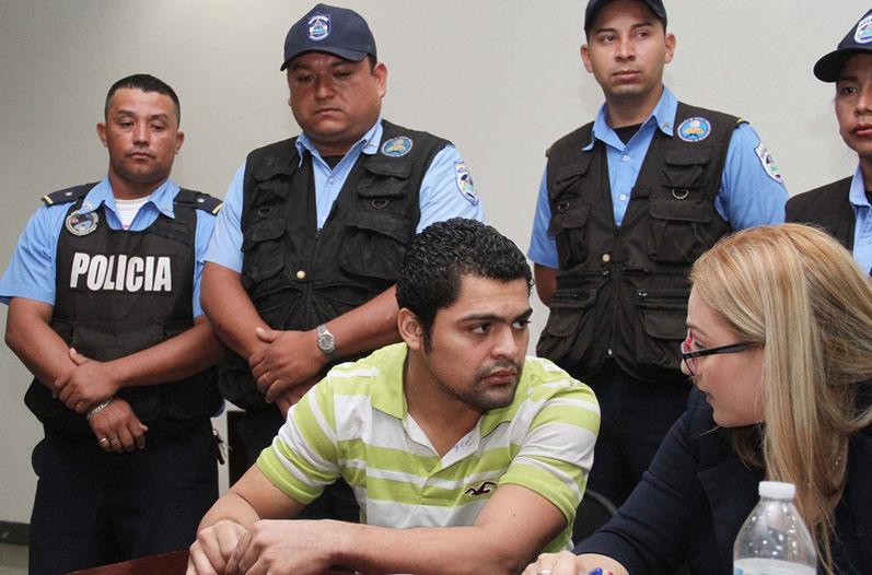 Adrián Salmerón se presentó a la audiencia junto con su defensorapública Nalía Ubeda.   EL NUEVO DIARIO PARA LA NACIÓN.