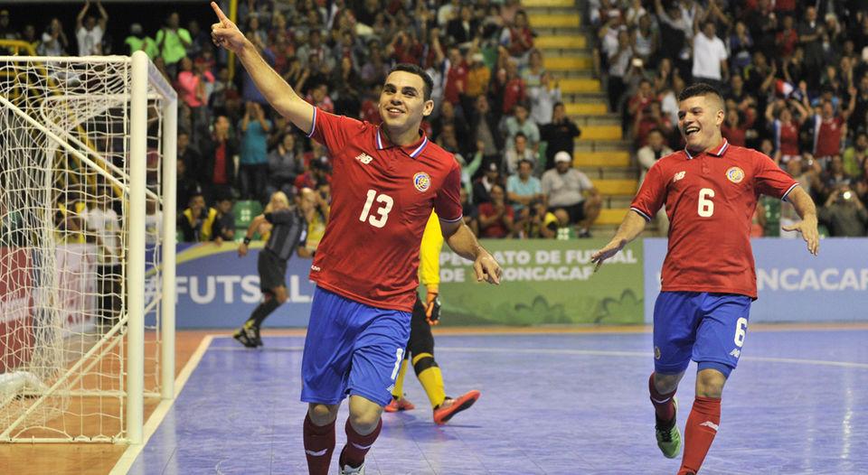 Erick Rodríguez celebró con Víctor Fonseca(6) su primer anotación frente a la selección de Canadá. | JOSÉ CORDERO