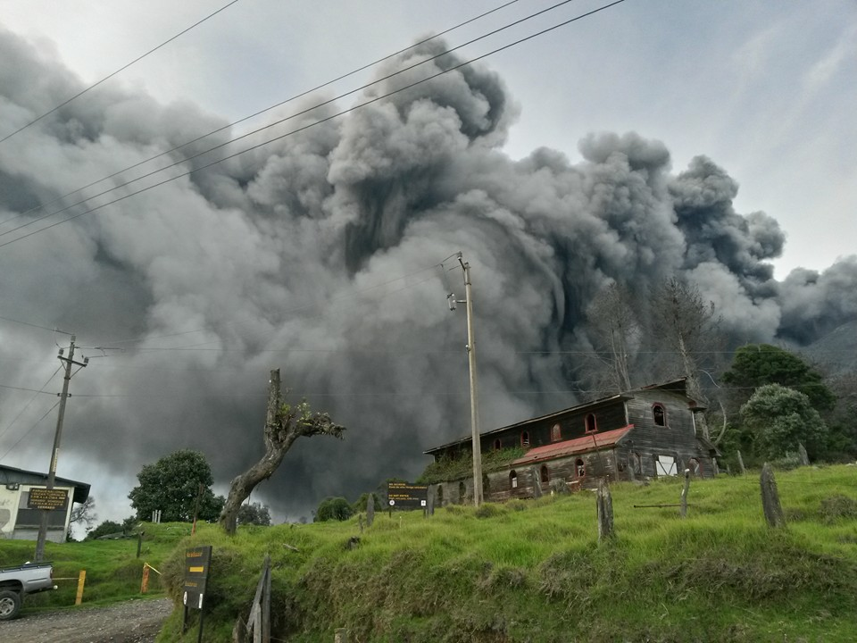 Photo of the Turrialba volcano Friday by Blas Enrique Sánchez. Funcionario de la CNE