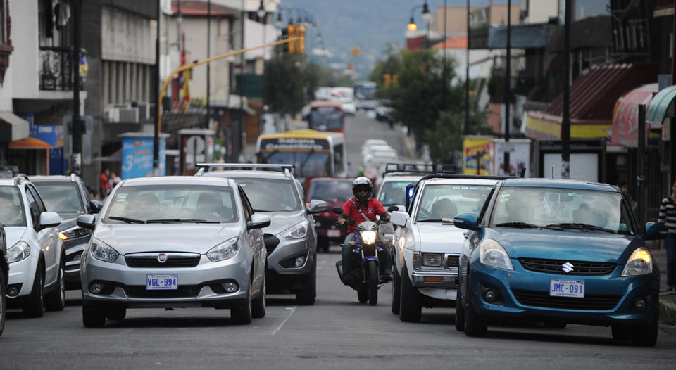 Motorcyclists are only allowed to overtake a car on the left side; however, many beyond the right and in the middle of several cars. | JORGE NAVARRO.