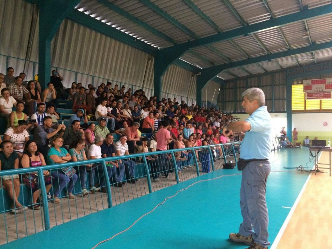 RSN (UCR-ICE) volcanologist Guillermo Alvarado volcanologist, provides talk to communities about the current condition of the Turrialba Volcano. Photo by Reina Sanchez, SINAC