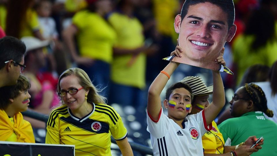 A supporter of Colombia holds a picture of player James Rodriguez as he waits for the start of the Copa America Centenario football tournament match against Costa Rica in Houston, Texas, United States, on June 11, 2016. / AFP / ALFREDO ESTRELLA