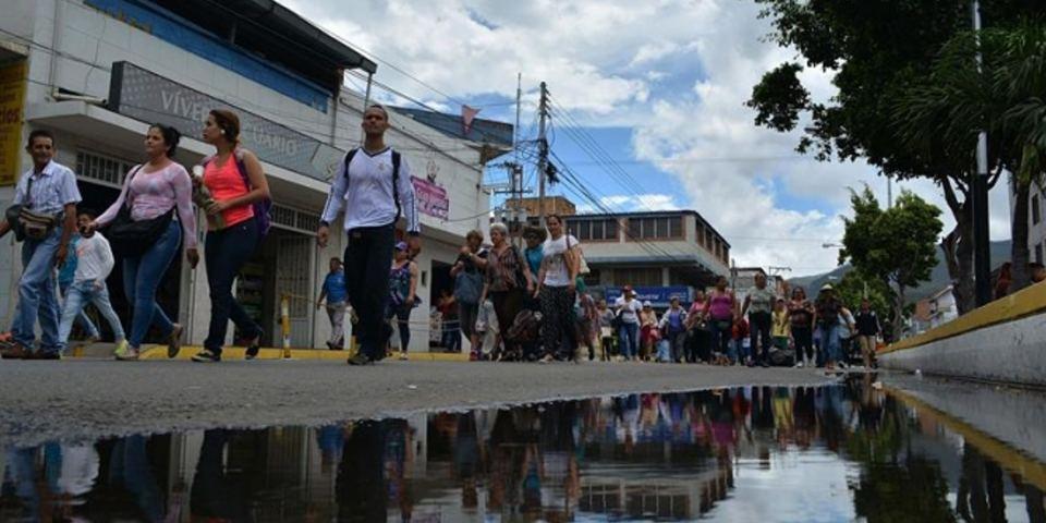 Venezuelan citizens crossed the border bridge Sunday Simon Bolivar in San Antonio del Tachira (Venezuela). EFECiudadanos Venezuelans on Sunday crossed the border bridge Simon Bolivar in San Antonio del Tachira (Venezuela). EFE
