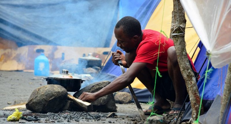 Haitians (pretending to be Africans) are among the Congolese, Senegalese and Ghanahian migrants camped out at the Costa Rica side of the Peñas Blancas border with Nicaragua, waiting to continue their journey to the United States. Photo AFP.
