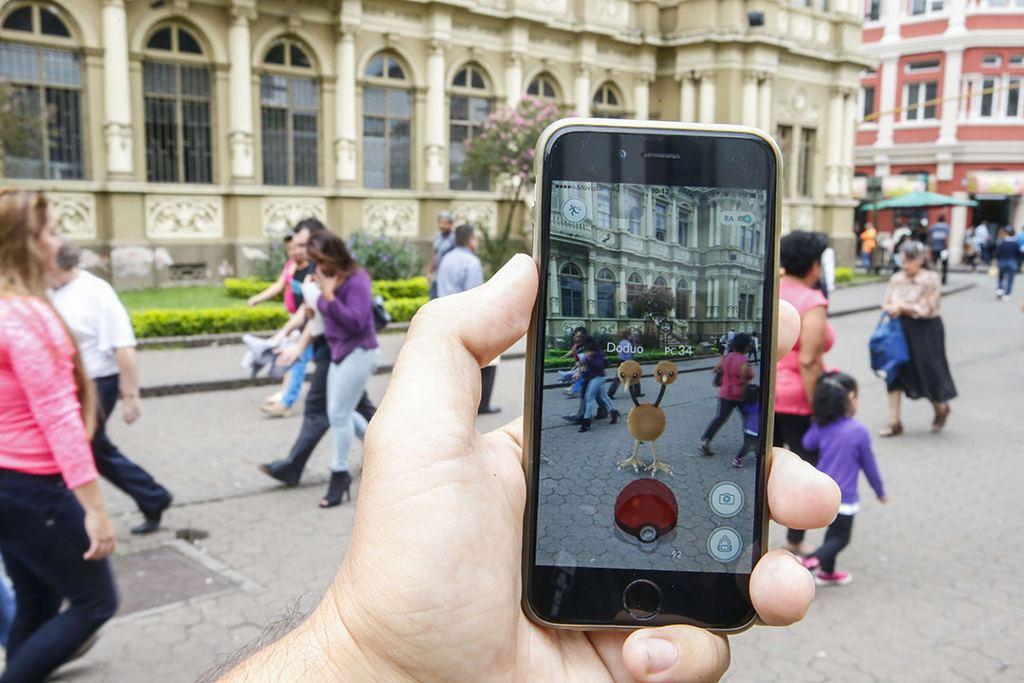 Foto Adrián Soto.13/7/2016. San José y Sabana. Usuarios de la aplicación Pokemón Go, juegan en diferentes partes de la ciudad. Foto Adrián Soto.